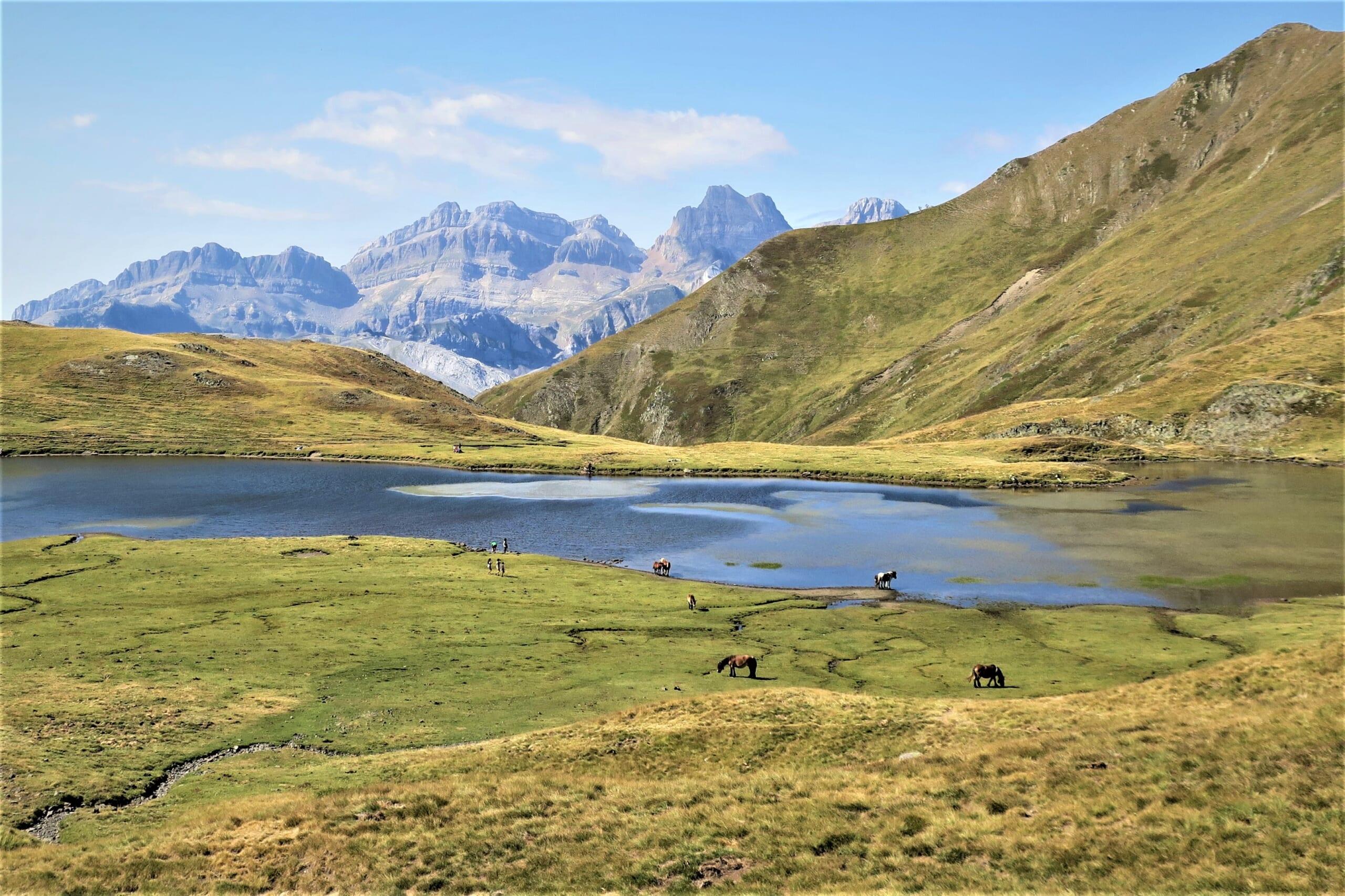 北スペインの観光スポットであるピレネー山脈の山上湖